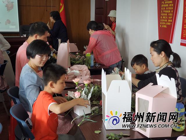 30名福州少年制作花篮献母亲 花艺大师现场指导